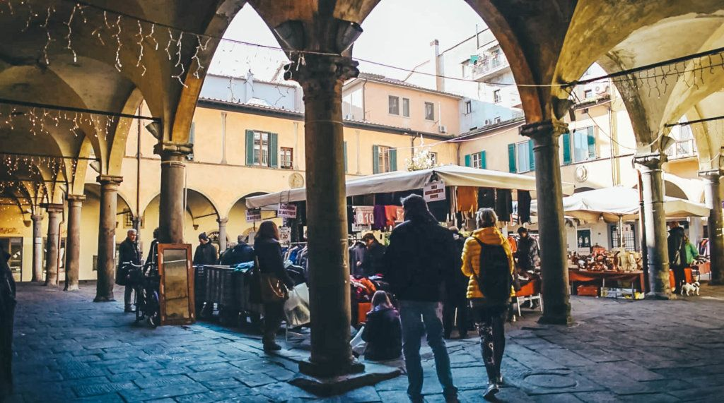 Exploring the off the beaten track courtyards of Pisa