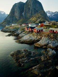 Cute coloured houses in the Norwegian fjords - Photo by Silvia Ribeiro on Scopio