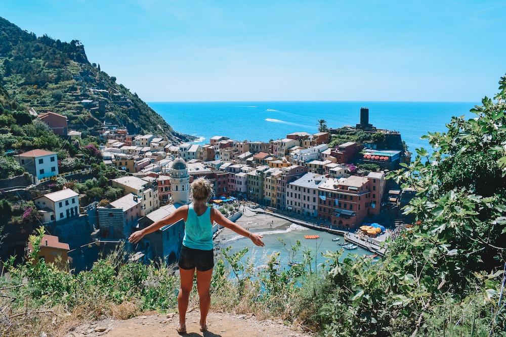 Žavisi spalvingais Vernazza namais, vienu iš penkių miestų palei Sentiero Azzurro, Cinque Terre, Italijoje