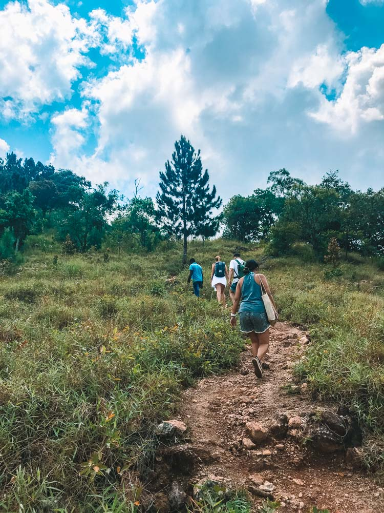 The trail hiking to Diyaluma Falls