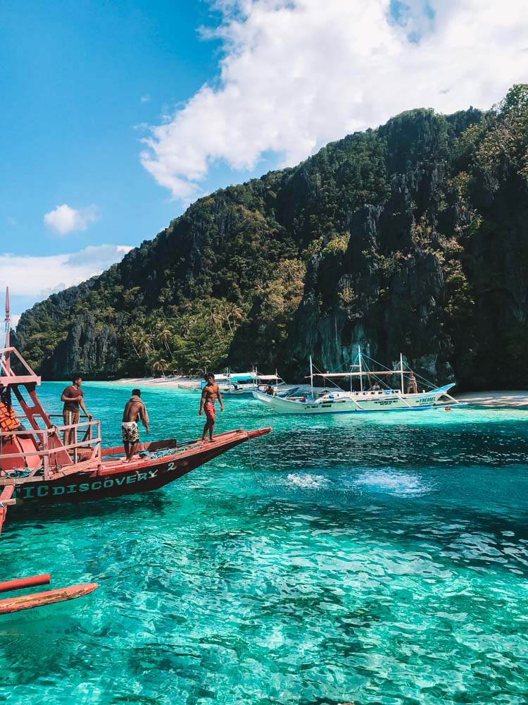 Docking in the beautiful clear water of the islands around El Nido