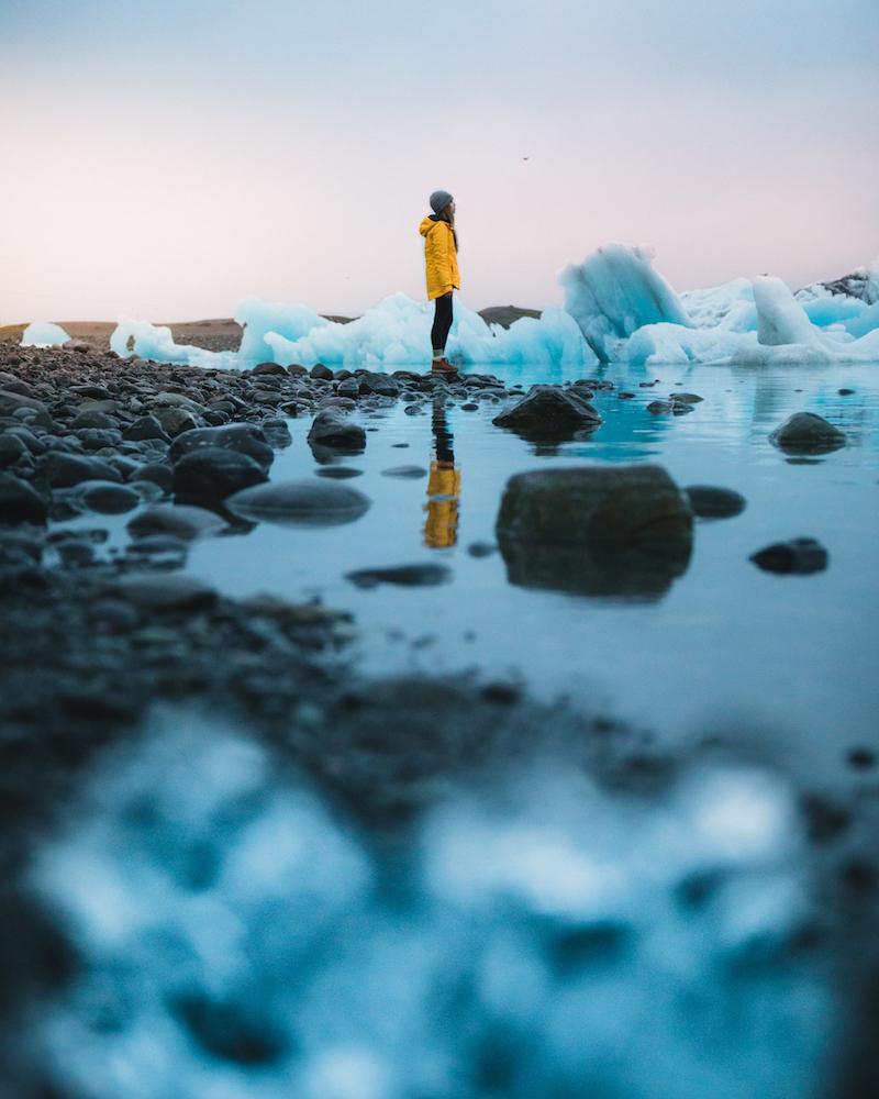 Exploring the glacier lagoon in Iceland - Photo by Polliana Carvalho on Scopio